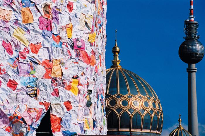 street-art-lettere-amore-berlino-ha-schult-08-700x465