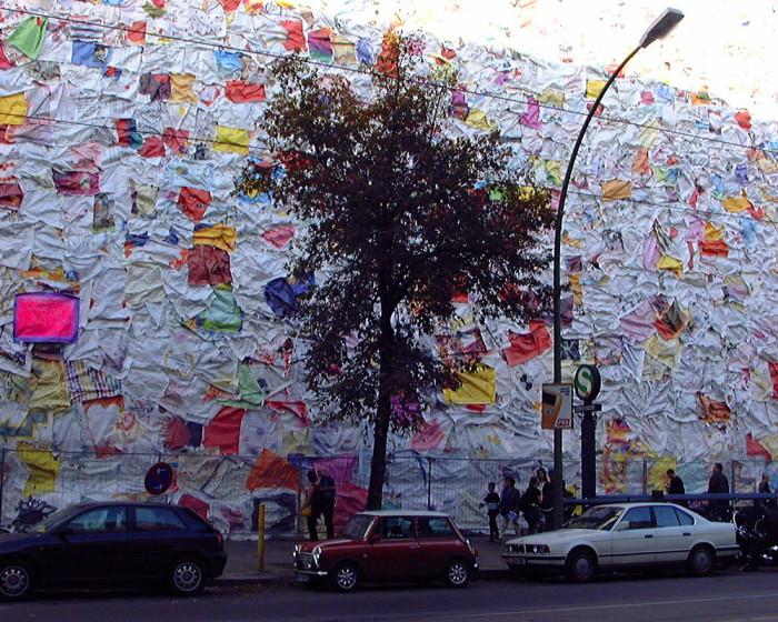 street-art-lettere-amore-berlino-ha-schult-06-700x560