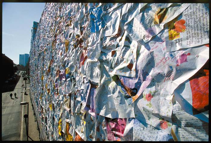street-art-lettere-amore-berlino-ha-schult-07-700x474