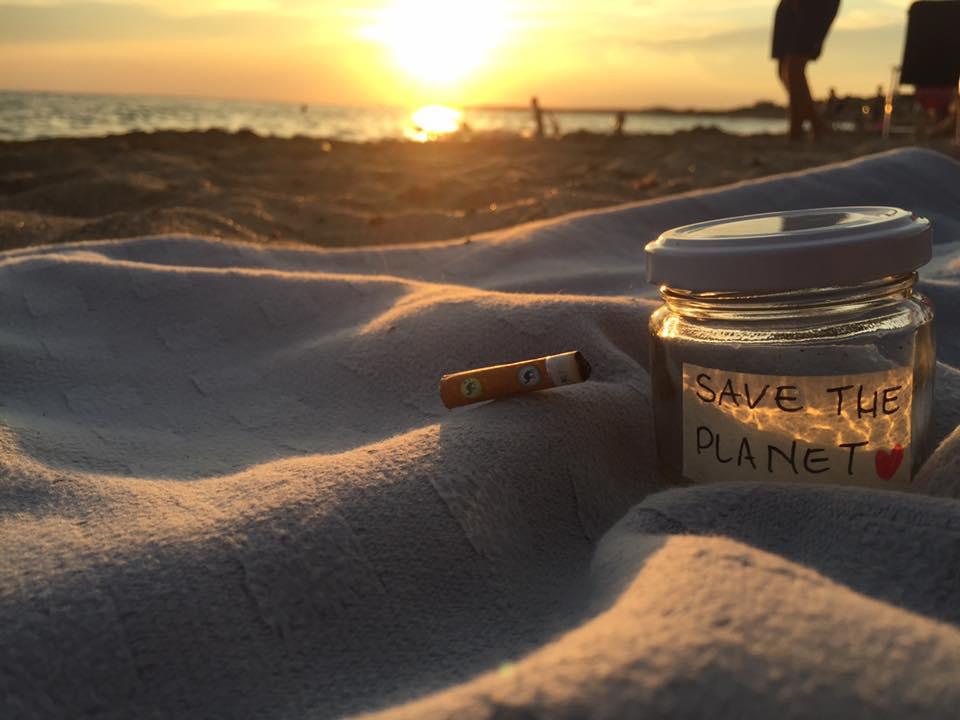 Ho la mania di invasettare tutto:  legumi, riso e spezie in un ripiano, emozioni, sentimenti e ricordi in un altro.  Da quando poi un'amica di penna mi ha suggerito di metter #vialecicche è stato un attimo mettere subito tutto in ordine, anche sulla spiaggia ❤️ foto di Maria Roberta Greco